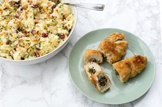 Kip Kiev is een gepaneerde kipfilet gevuld met kruidenboter. Hier vind je een duidelijk recept en ook een koolsalade die perfect bij de…
