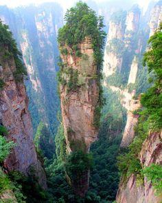 """ianzi Mountains – China  Essas montanhas altas e finas formadas há mais de 380 milhões de anos, serviram de cenário para trechos do filme """"Avatar"""". Algumas dessas colunas de pedra atingem até 4 mil metros acima do nível do mar."""