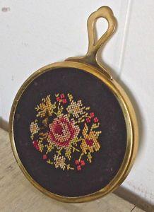 Petit miroir de sac à main antique. En point de croix sur tissus