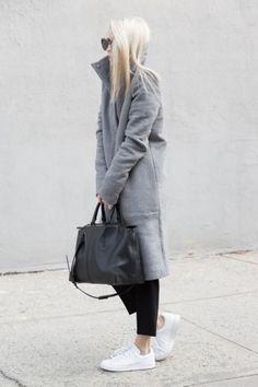 Fashion minimalist scnadinavian style, love the grey coat with black jeans, black bag and white adidas sneakers I skandinavische Mode