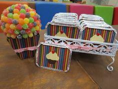 Embalagem marmitinha de alumínio com tampa forrada em tecido com tema Cupcake/ My Little Pony em Patch Apliqué, desenho em tecido de algodão e botão.