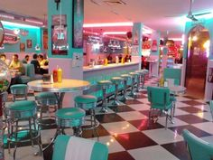 The interior design of this diner communicates that the diner is either from the or that it is a themed restaurant. The cultural communication through these grotesque bright colours. 1950 Diner, Vintage Diner, Diy Vintage, Retro Cafe, Vintage Grunge, Vintage Heart, Diner Aesthetic, Aesthetic Vintage, 1950s Aesthetic
