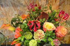 Bouquet de saison pour aborder l'été : oeillets et roses pêche, viburnum, lys gloriosa, godetias, chèvrefeuille.