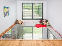 A hammock floor will allow you to create additional living space, with a contemporary design that will allow you to preserve natural light. Filet Trampoline, Spa Design, House Design, Hammock Netting, Mezzanine Bed, Filets, Book Installation, Play Houses, Contemporary Design