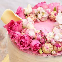 Stale stale stale  #floralwreath with #roses #truffles and #sakurabloom :) #cake #cakeart #cakedecorating #feedfeed #sakura #hautecuisines #cakeporm #cakepornforcakelovers #sweet #cakeoftheday #dnesfotim #dnespeciem #canon #canon5d #torta #torte #cakeideas #chocholatecake #chocolate #cakeforgirls #martin #slovakia #baking #chocolatesail #dnesjem