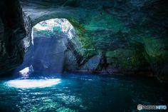静岡県を代表する観光スポット「堂ヶ島天窓洞」。天井から降り注ぐ幻想的な光は、圧巻の一言です。 国の天然記念物にも指定されています。