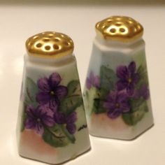 Vintage Bavaria Artist Signed Hand Painted Violets Salt and Pepper Miniature Collectible Porcelain Set M. Vintage Cafe, Vintage Shops, Or Violet, Salt And Pepper Set, Vintage Gifts, Vintage Decor, Antique Shops, Bavaria, A Table