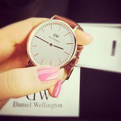 Wish list, wrist watch by Daniel Wellington. Elegant Watches, Stylish Watches, Luxury Tumblr, Daniel Wellington Watch, Fashion Accessories, Fashion Jewelry, Beautiful Gifts, Ankle Bracelets, Nail Polish