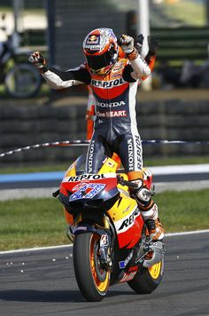 Casey Stoner celebrates World Championship Title 2011 Motorcycle Suit, Motorcycle Racers, Marc Marquez, F1 Motor, Grand Prix, Bike Rider, Valentino Rossi, Champions, Road Racing
