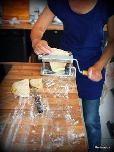 Faire ses pâtes soi-même est d'une simplicité enfantine. Avec seulement des oeufs et de la farine, vous obtenez une pâte à pâtes, et si vous n'avez pas de machine à pâtes, un rouleau à pâtisserie et de l'huile de coude feront l'affaire, même si un laminoir c'est vraiment mieux, parce que cette pâte là est …