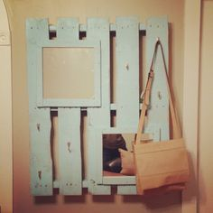 Pallet coat rack :) --This would be cute for a make-up mirror with attached baskets or containers to hold make-up. Use a larger pallet and mirror. Pallet Crates, Pallet Art, Pallet Projects, Wood Pallets, Diy Projects, Diy Pallet, Pallet Coat Racks, Diy Coat Rack, Coat Hanger