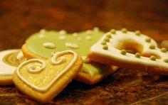 Glassa reale - La ricetta della Glassa reale è facile e veloce da preparare per la decorazione di biscotti e torte di compleanno. Con solo solo zucchero a velo e albumi si ottiene questa glassa molto bianca e lucida che si può anche colorare con coloranti per dolci.