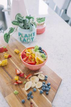 Rainbow Smoothie Bowl - Simply J & K Rainbow Smoothies, Fruit Smoothies, Fruit Recipes, Healthy Recipes, My Favorite Food, Favorite Recipes, Frozen Fruit, Smoothie Bowl, Food Hacks