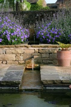 Beautiful garden design: flowers, stone wall, and water. Pool Water Features, Water Features In The Garden, Garden Features, Garden Pool, Water Garden, Back Gardens, Outdoor Gardens, Water Pond, Garden Fountains