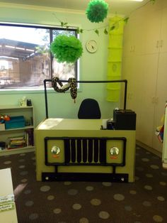 Teacher desk in our Year Jungle Safari themed classroom! Rainforest Classroom, Dinosaur Classroom, Jungle Theme Classroom, Rainforest Theme, Classroom Themes, Jungle Theme Crafts, Rainforest Crafts, Safari Crafts, Zoo Crafts