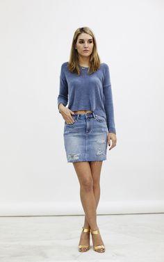 falda vaquera con un jersey.