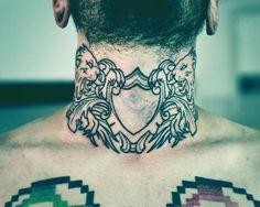 Tatuaje de escudo de armas en el cuello