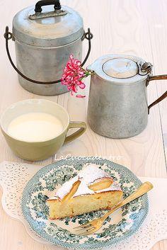 Una torta semplice semplice, ma squisita e profumatissima! Le pere frullate, ed inserite nell'impasto, ne esaltano il gusto e la sofficità in maniera deliziosa! Ingredienti 8 pere williams 180 g di farina 00 20 g di fecola di patate 100 g di burro fuso + 20 g 100 g di zucchero semolato 2 uova 4 cuc…