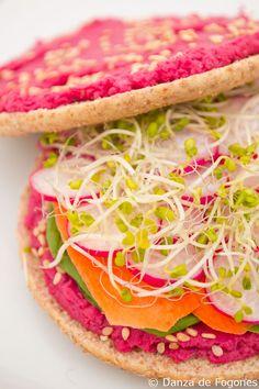 Veggie sandwich with beet hummus. Simple, fresh and delicious! Get the recipe at danzadefogones.com #vegan #veggie #food #foodie #sandwich #healthy #foodporn