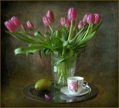 Хочу поделиться с вами фотоработами чудесных натюрмортов с тюльпанами. Эти великолепные весенние цветы дарят нам вдохновение и радость! Тюльпан — олицетворение скромности, нежности и сдержанной красоты. Не случайно о тюльпанах сложено столько прекрасных легенд — его плотно прижатые лепестки, кажется, до сих пор хранят свою тайну. А едва уловимый, нежный аромат будоражит воображение...