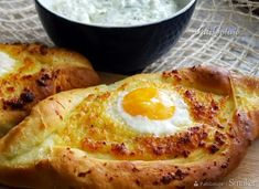 Chaczapuri adżarskie - przepis ze Smaker.pl Tzatziki, Holiday Parties, Feta, Food To Make, French Toast, Healthy Recipes, Healthy Food, Eggs, Lunch