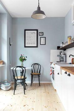 Helle Farben, weiß und schwarze Akzente - in Kathys Wohnung kommt ihre Vorliebe für den skandinavischen Stil zum Tragen. Foto: Zoe Noble Photography. Styling: /kathykunz25/