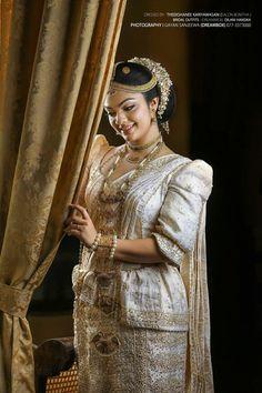 කුමාරිහාමි Kumarihami Now kandy bride Bridal Sari, Wedding Sarees, Bridal Wedding Dresses, Wedding Bride, Dream Wedding, Sri Lankan Wedding Saree, Sri Lankan Bride, Srilankan Wedding, Bridesmaid Saree