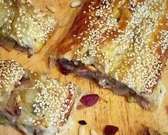 Oggi vogliamo raccontarvi la storia della ricetta dello strudel alle cipolle e pinoli. Siete pronti