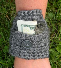 This little wrist pouch works up in no time, using Red Heart Reflective yarn, and is perfect for holding small things, such as cash or a house key during your morning or evening jog. Scrap Yarn Crochet, Crochet Crafts, Yarn Crafts, Crochet Projects, Free Crochet, Knit Crochet, Pouch Pattern, Crochet Purses, Crochet Bags