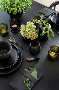 style it: black on black with organic green touches Dark Table, Deco Table Noel, Dinner Party Table, Table Set Up, Setting Table, Table Setting Inspiration, Table Design, Christmas Table Settings, Dinning Table