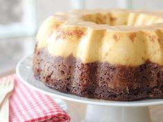 Can't decide whether to serve chocolate cake or flan for dessert? Have your cake and eat your flan, too, with a recipe that combines two distinctive flavors in one crowd-pleasing recipe. Bolo Flan, Cake Flan, Choco Flan Cake, Custard Cake, Mexican Food Recipes, Sweet Recipes, Cake Recipes, Dessert Recipes, Mexican Desserts