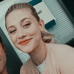 The sweetest person I know. Betty Cooper Riverdale, Riverdale Aesthetic, Lili Reinhart And Cole Sprouse, Riverdale Cole Sprouse, Tv Show Casting, Riverdale Cast, Cheryl Blossom, Cute Icons, Archie Comics