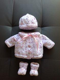 Layette prématuré de 34 a 38 semaines Blanc et Rose : Mode Bébé par coeur-de-layette Easy Baby Knitting Patterns, Baby Patterns, Knit Patterns, Crochet Baby Clothes, Baby Kind, Little Babies, Kids And Parenting, Baby Items, Doll Clothes