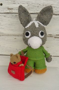 Liebevoll gehäkelter Eselchen **TROTRO** sucht ein neues Zuhause TROTRO ist ein kleiner Esel, aber mit dem Kopf voller Ideen. Er weiß genau was er mag und was er überhaupt nicht leiden...