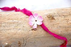 Baby Stirnband  rosa  aus Seide und Blüte mit rosa Steinchen von Silagloria auf…