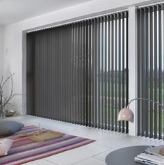 De skønne grå lameller i vinduet er i smuk harmoni med pastellerne i det øvrige interiør. #lamelgardiner #grey #pasteller #Luxaflex #gardiner #indretning Window Coverings, Blinds, Sweet Home, Windows, Interior, House, Furniture, Color, Inspiration
