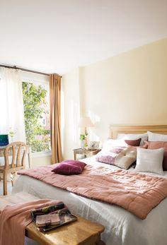 dormitorio de un piso pequeño en tonos rosa