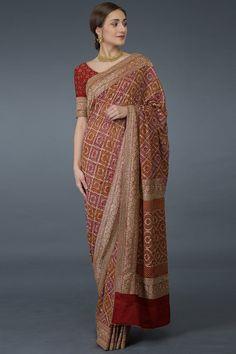 Masterpiece Red Banarasi Zari Bandhej with Zardozi Work Saree Designer Sarees Wedding, Designer Dresses, Indian Wedding Sarees, Saree Blouse Patterns, Saree Blouse Designs, Dress Indian Style, Indian Dresses, Bandhini Saree, Indian Bridal Outfits