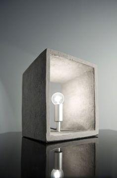Lampe de table cubique avec ampoule type E14. Hauteur 25 cm / Profondeur 20 cm / Largeur 20 cm / Poids 6kg85