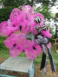 *pink & zebra wreath - i could totally make a cuter wreath, but this is a great idea for the shower and a take home for the momma to hang the day the baby's born! Zebra Wreath, Creative Crafts, Diy And Crafts, Pink Zebra Party, Deco Wreaths, Pink Themes, Diy Hair Bows, Diy Wreath, Zebra Print