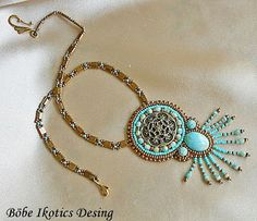 Another chain pattern for bead embroidery pendants. Beaded Jewelry Designs, Jewelry Art, Handmade Jewelry, Jewellery, Bead Embroidery Jewelry, Beaded Embroidery, Beaded Brooch, Beaded Necklace, Bead Art