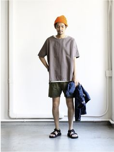 A pair of denim cut-offs frayed at the hem, or even swim shorts that are bright enough to catch the attention of anyone sunbathing on the beach. Cute Outfits With Jeans, Casual Outfits, Men Casual, Fashion Outfits, Japan Fashion, Mens Fashion, Japanese Fashion Men, Estilo Hipster, Birkenstock Outfit