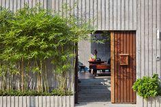 Nhưng bức tường với nhiều đường gờ kết hợp với cửa gỗ đơn giản không có sự nặng nề mà trái lại, đem lại cảm giác thiền, bình yên, nhẹ nhàng nhờ hàng trúc quân tử trồng xung quanh