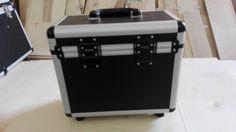 Özel tasarım oval köşeli tutma kulplu kenar ve köşe destekli menteşe ve kilit aksesuarlı fuar taşıma çantası, özel olarak için köpük süngerli olarak hazırlanmaktadır.