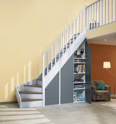 Des placards sous escalier. Les façades, en sapin, chêne, bois exotique ou en Médium disponible en 18 coloris, sont réalisées sur mesure. Déclic battant. Lapeyre.