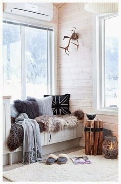 fur in the window seat - How to create a cozy nook in your home Cozy Nook, Cozy Corner, My Living Room, Home And Living, Cozy Living, Home Decor Bedroom, Decor Room, Bedroom Ideas, Decoration Gris