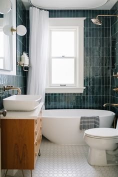 Read more about 15 kitchen cleaning hacks. Bathroom Inspo, Bathroom Inspiration, Master Bathroom, Bathroom Interior Design, Home Interior, Home Design, Altea, Sweet Home, New Homes