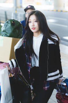 Lovelyz-Yein 180226 ICN 입국 Kpop Girl Groups, Kpop Girls, Airport Fashion Kpop, Yein Lovelyz, Ulzzang Korean Girl, Woollim Entertainment, Airport Style, Girl Crushes, Bomber Jacket