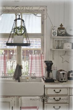 It would be really nice to have 3 of these hangers to put candles on over the kitchen sink.