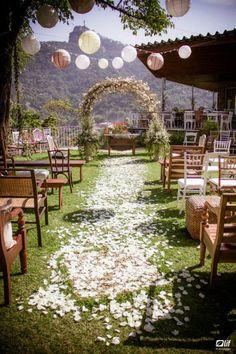 Para poupar no casamento, nada melhor do que economizar com o local da cerimônia. Além do clima super aconchegante, casar em casa é uma alternativa barata!